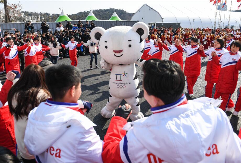 朝鮮運動員與韓國表演者一起互動