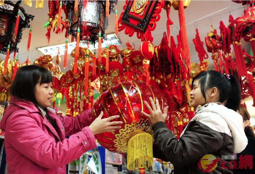 深圳年貨展年俗福字、對聯等吸引港客選購 (記者 郭若溪 攝)