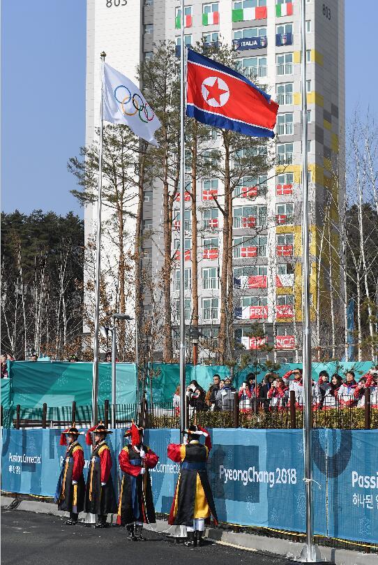 2月8日,朝鮮冬奧代表團在韓國江陵奧運村舉行升旗儀式
