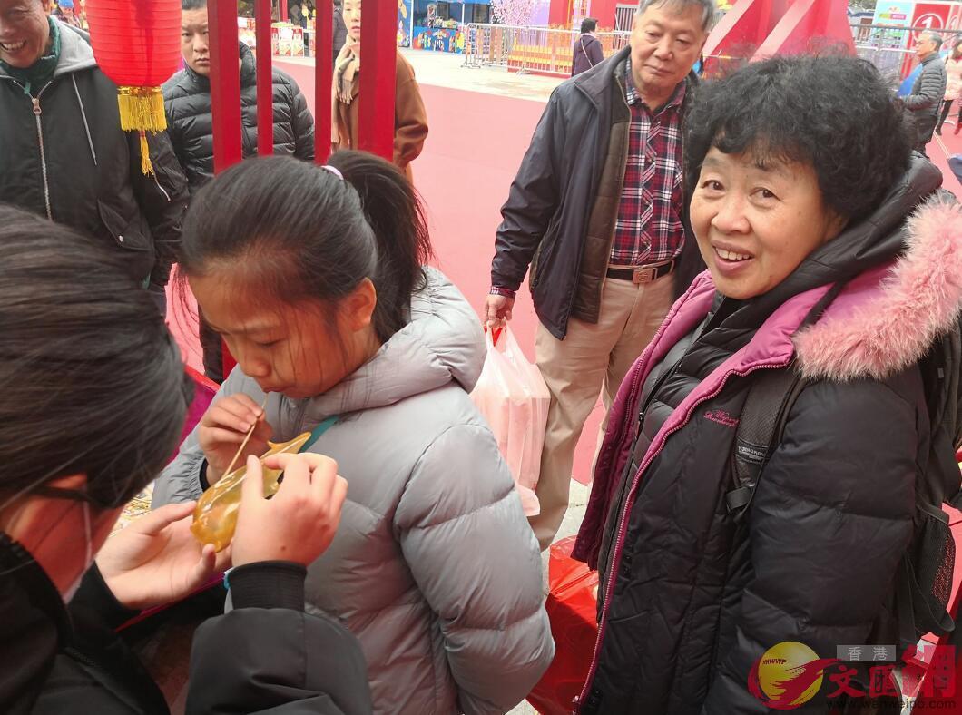 港人王阿姨表示,逛年貨展品的是「年味」(記者 郭若溪 攝)