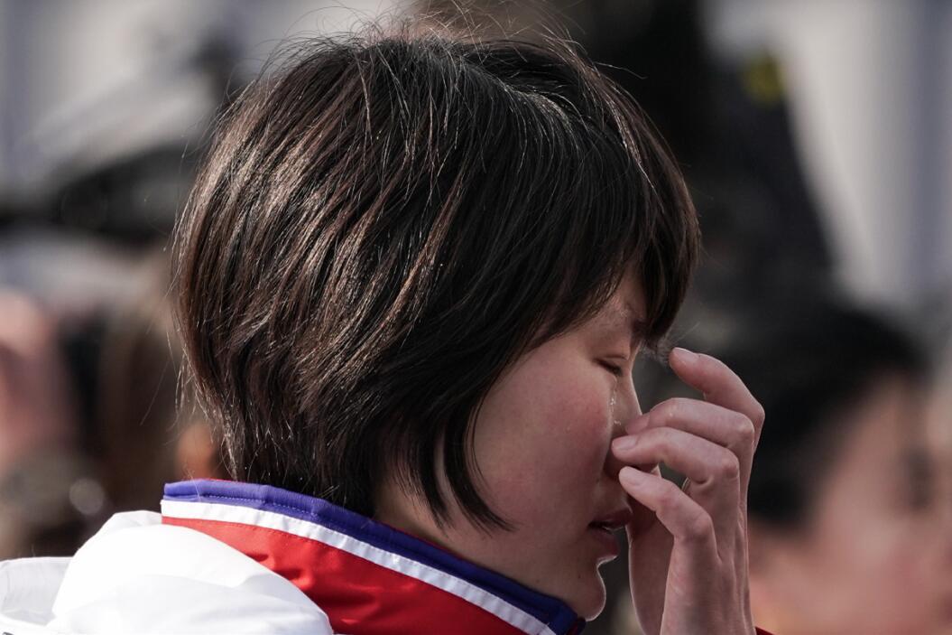 一名朝鮮運動員在聽到朝鮮國歌奏響後潸然淚下