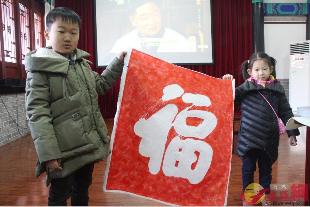 小朋友在曲阜顏廟體驗傳統的拓片活動。