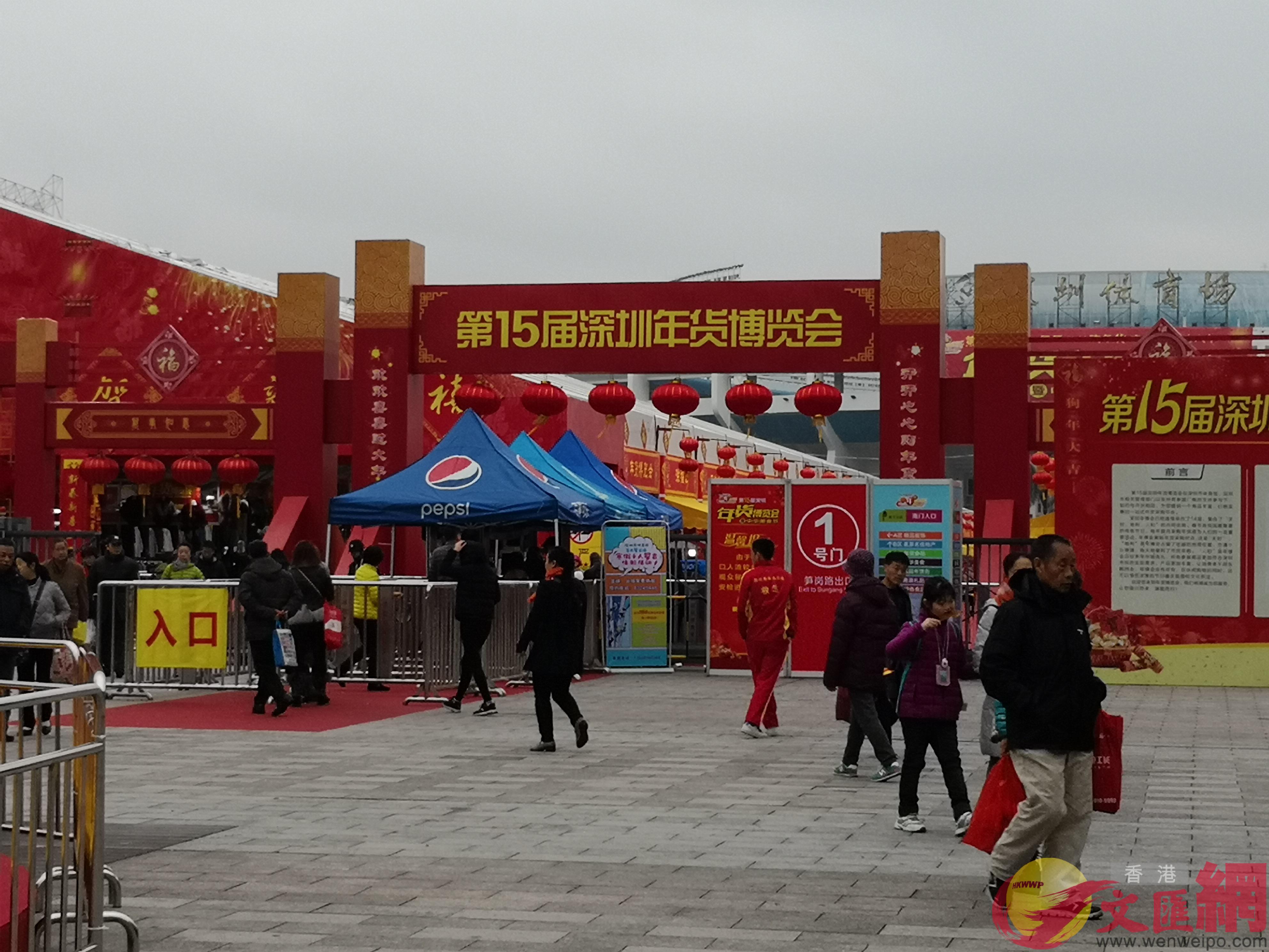 第十五屆年博會整個露天廣場都被火紅喜慶的裝飾覆蓋。 記者 郭若溪攝