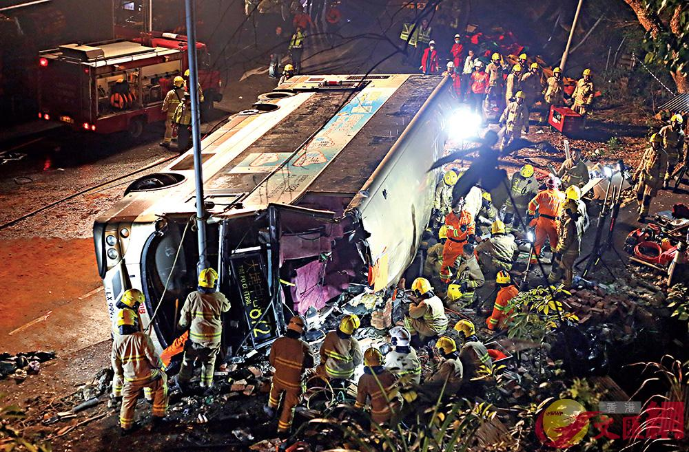 圖:大批消防員趕到現場,將巴士的車頂割開,拯救傷者