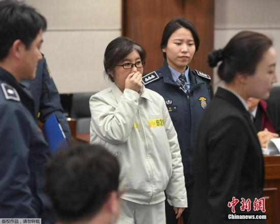 當地時間2017年1月17日,韓國首爾,首爾中央地方法庭就「干政門」案件舉行首次正式審判,崔順實出庭。