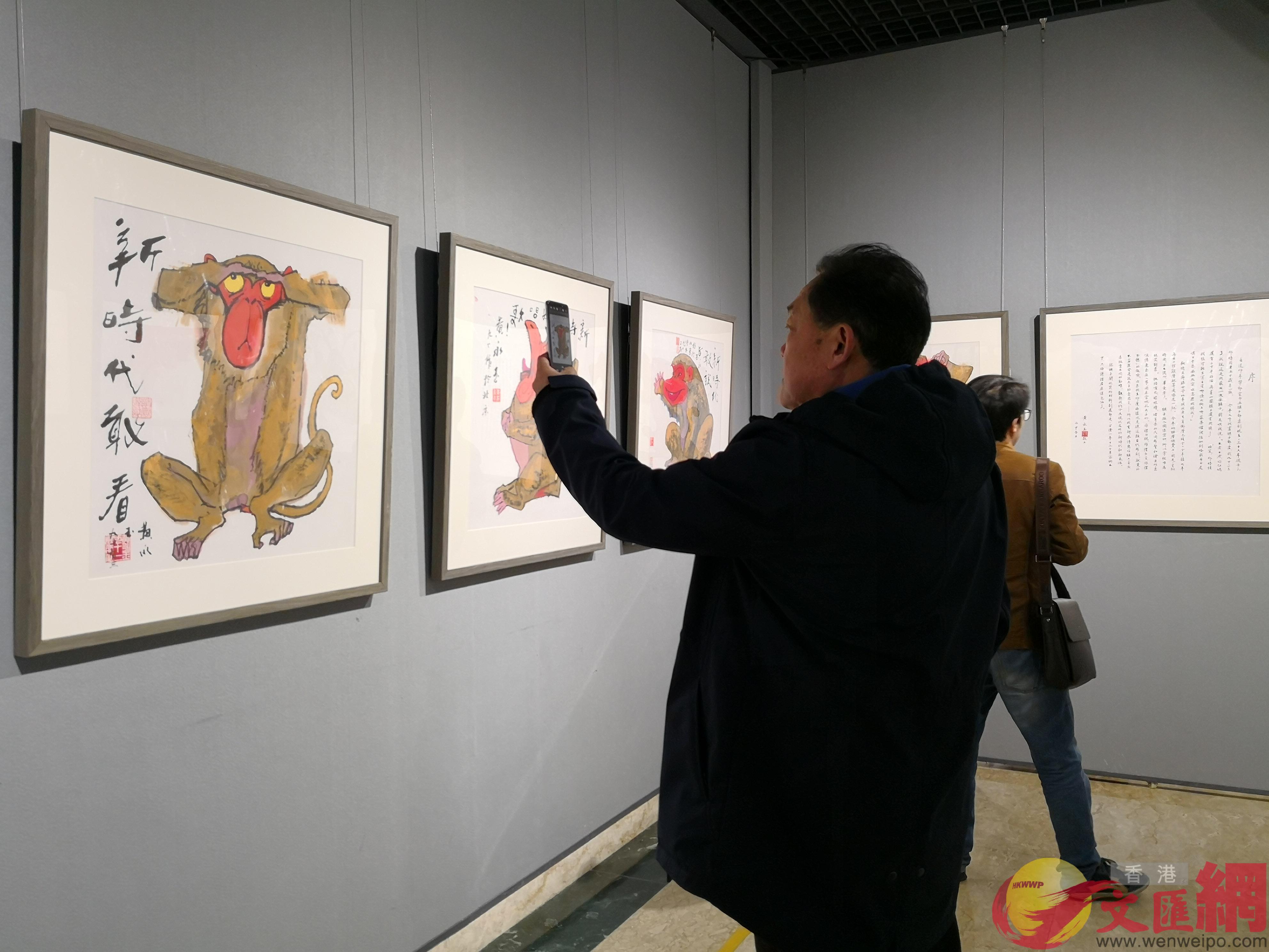 展覽吸引大批觀眾參觀留影(記者郭若溪 攝)