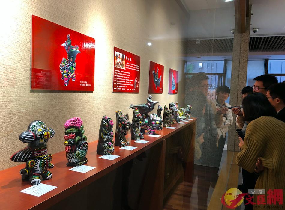 自河南淮陽非遺傳人的「泥泥狗」作品在廣州亮相,迎接農曆狗年。(記者方俊明 攝)