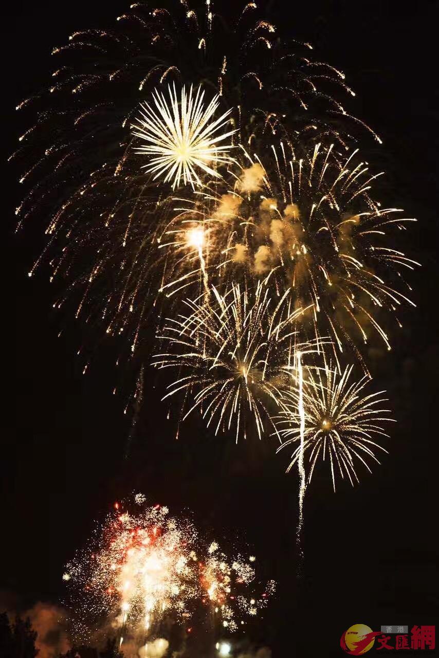 金廈兩岸煙花匯演已持續十多年。圖為廈門上空的煙花(米南 攝)