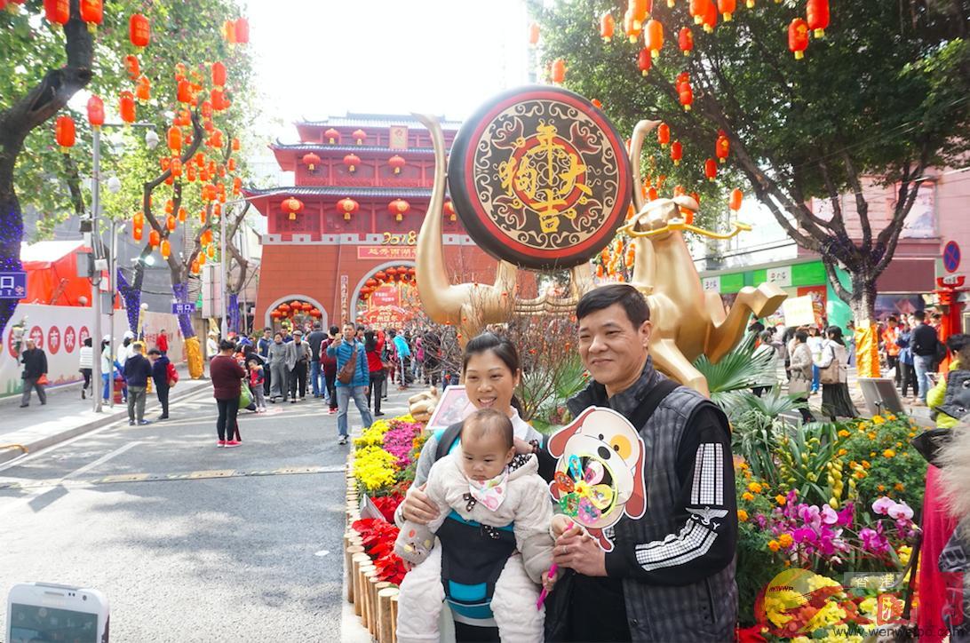遊客在廣州花市留影(記者敖敏輝攝)