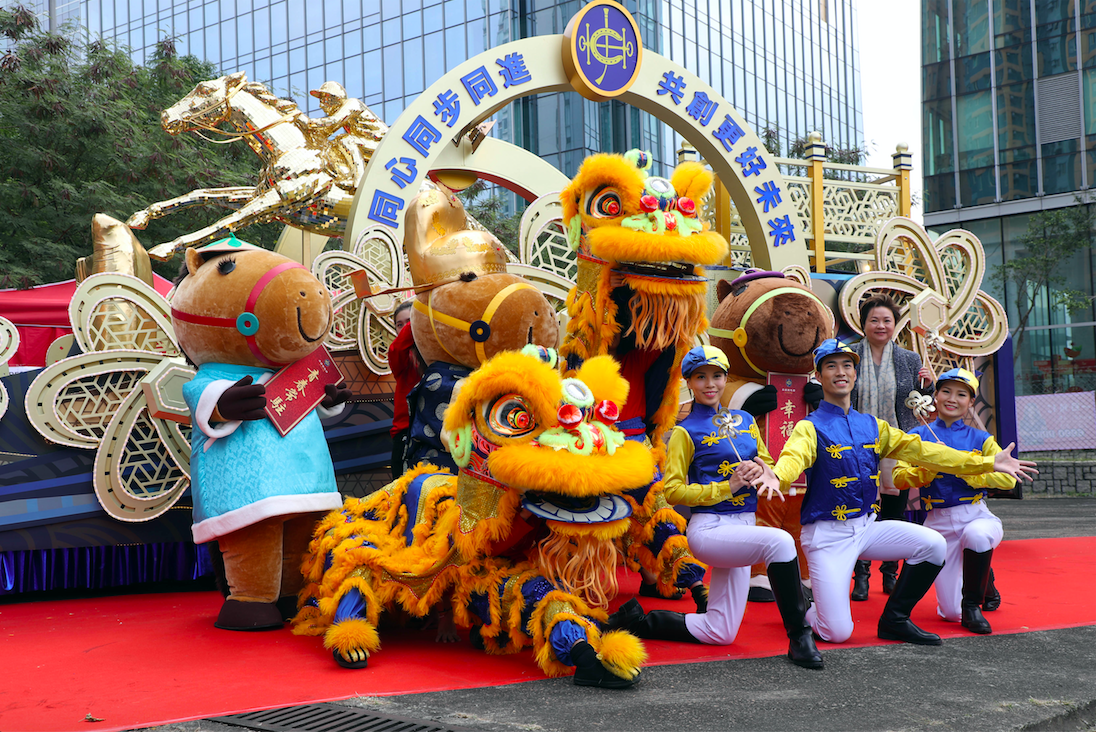香港賽馬會花車主題為「駿程萬里賀新春」