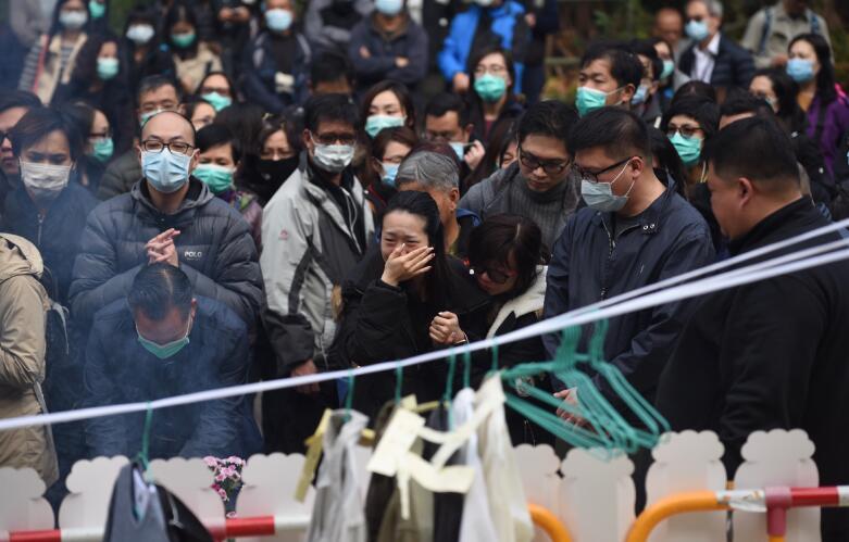 香港大埔10日發生嚴重車禍,導致19人死亡。11日,死者家屬在事發地點進行路祭(中通社資料圖片)
