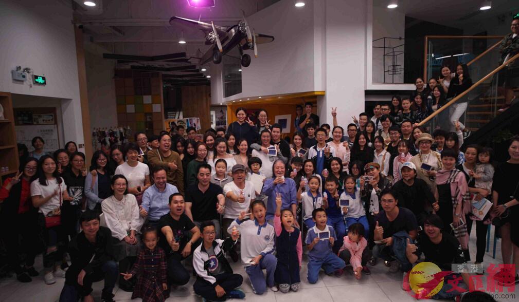 應小燕畫院之邀,日本知名設計師U.G.佐籐分別在深圳、上海舉辦講座。圖為在深圳講座後與小燕畫院師生合影留念(記者 熊君慧 攝)