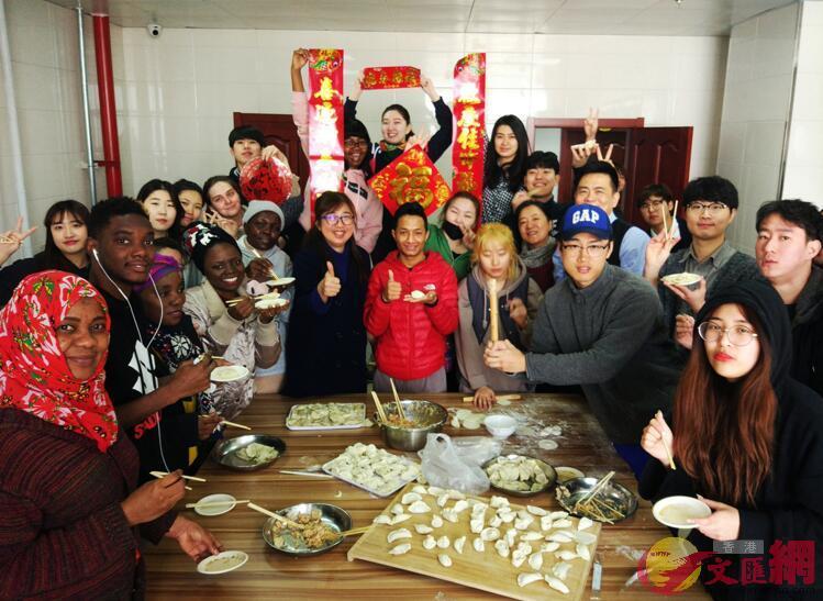 來自十餘個國家的留學生在校園裡包餃子掛對聯歡慶中國佳節(記者 吳千 攝)