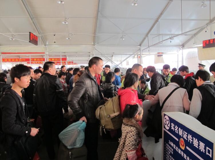 今年廣鐵節前春運百萬客流持續15天,運輸壓力遠超歷史同期,圖為旅客排隊入站(記者方俊明攝)