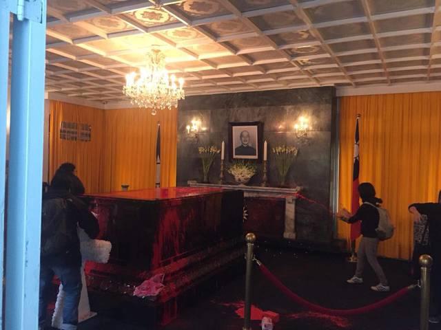 蔣介石的靈柩被潑紅漆(桃園民眾拍攝)