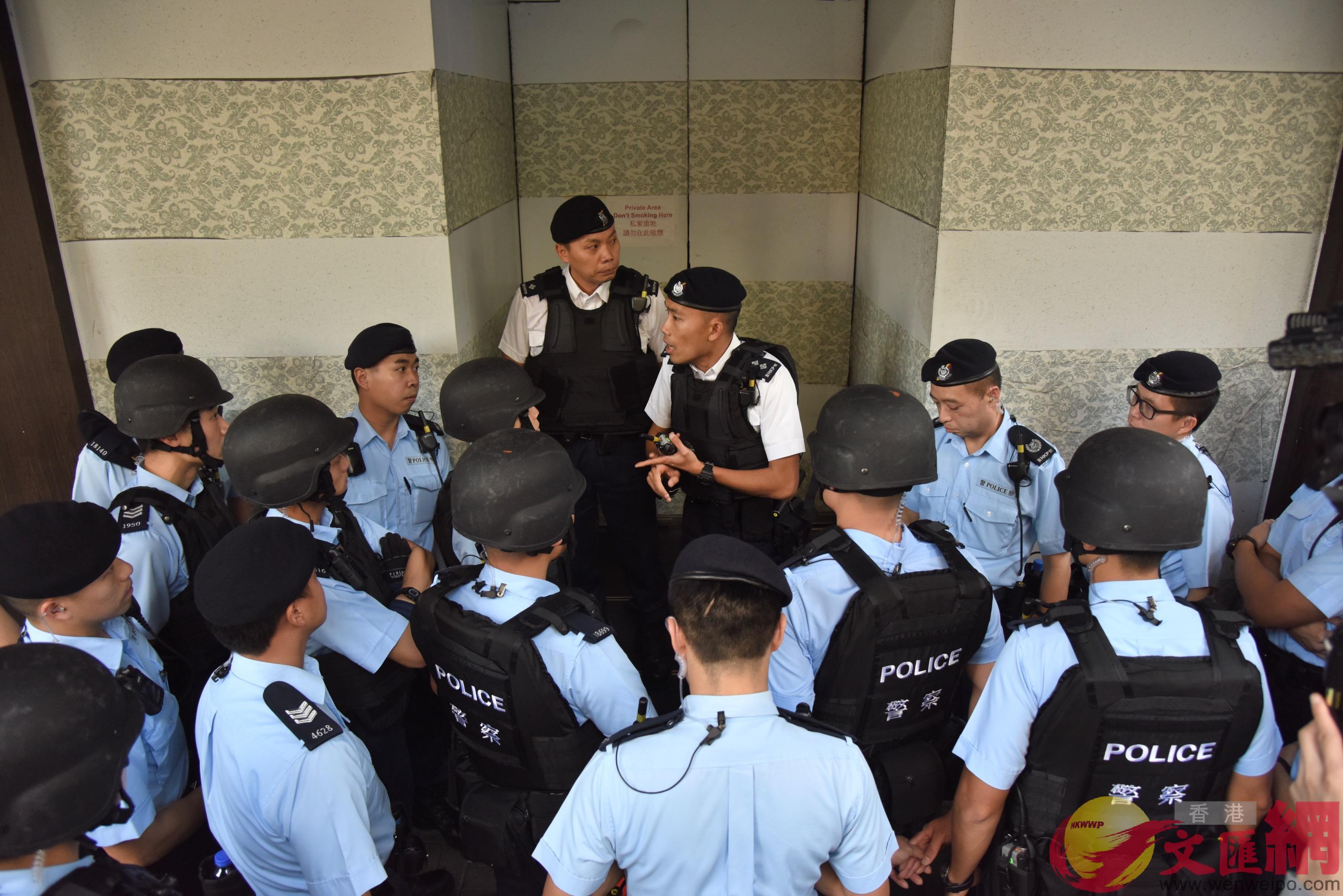 大批警員到場調查