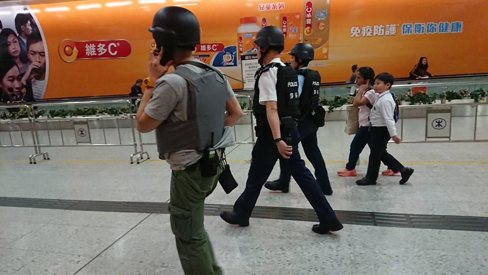 警方持槍搜查(網絡圖片)