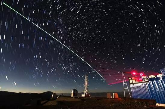 世界首顆量子科學實驗衞星「墨子號」與阿里量子隱形傳態實驗平台建立天地鏈路。(2016年12月9日攝,合成照片,新華社)