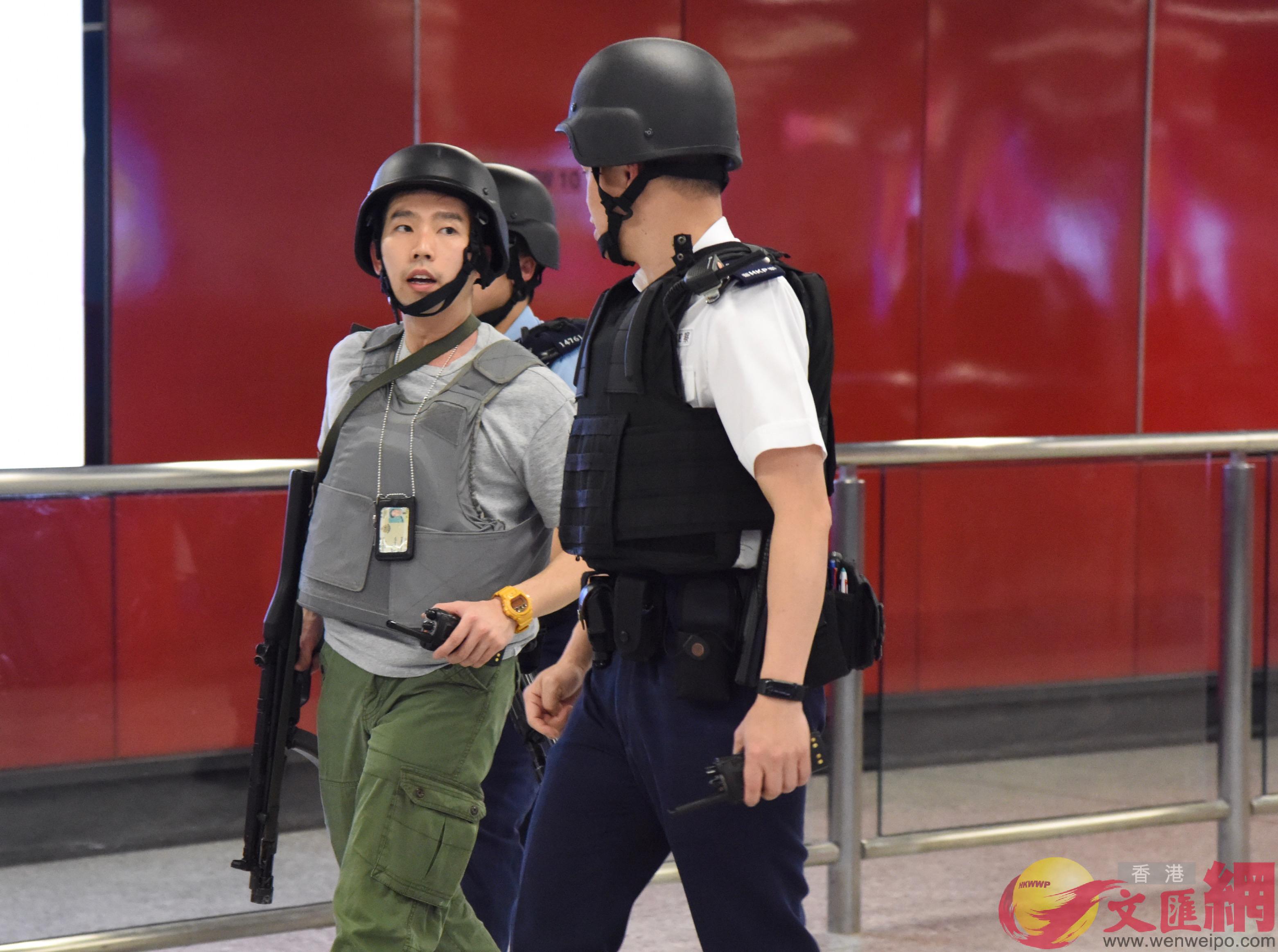 2月28日,香港中環發生懷疑持搶劫案,大批身穿避彈衣的警員到場搜捕匪徒。圖為中環港鐵站,有警員手持衝鋒槍在場巡邏。