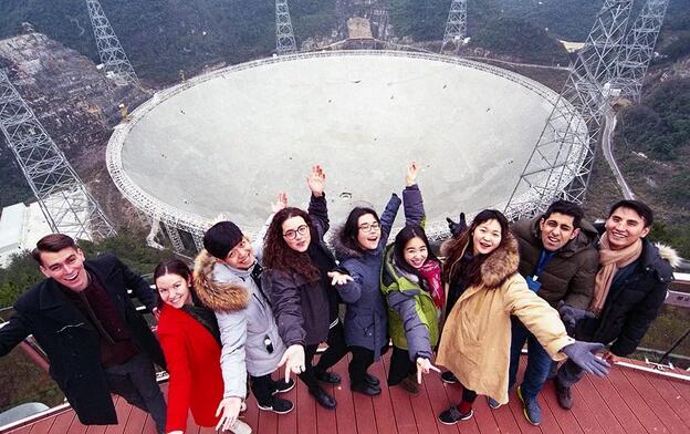 北京大學留學生在貴州省參觀中國「天眼」500米口徑球面射電望遠鏡,感嘆中國科技創新發展/資料圖