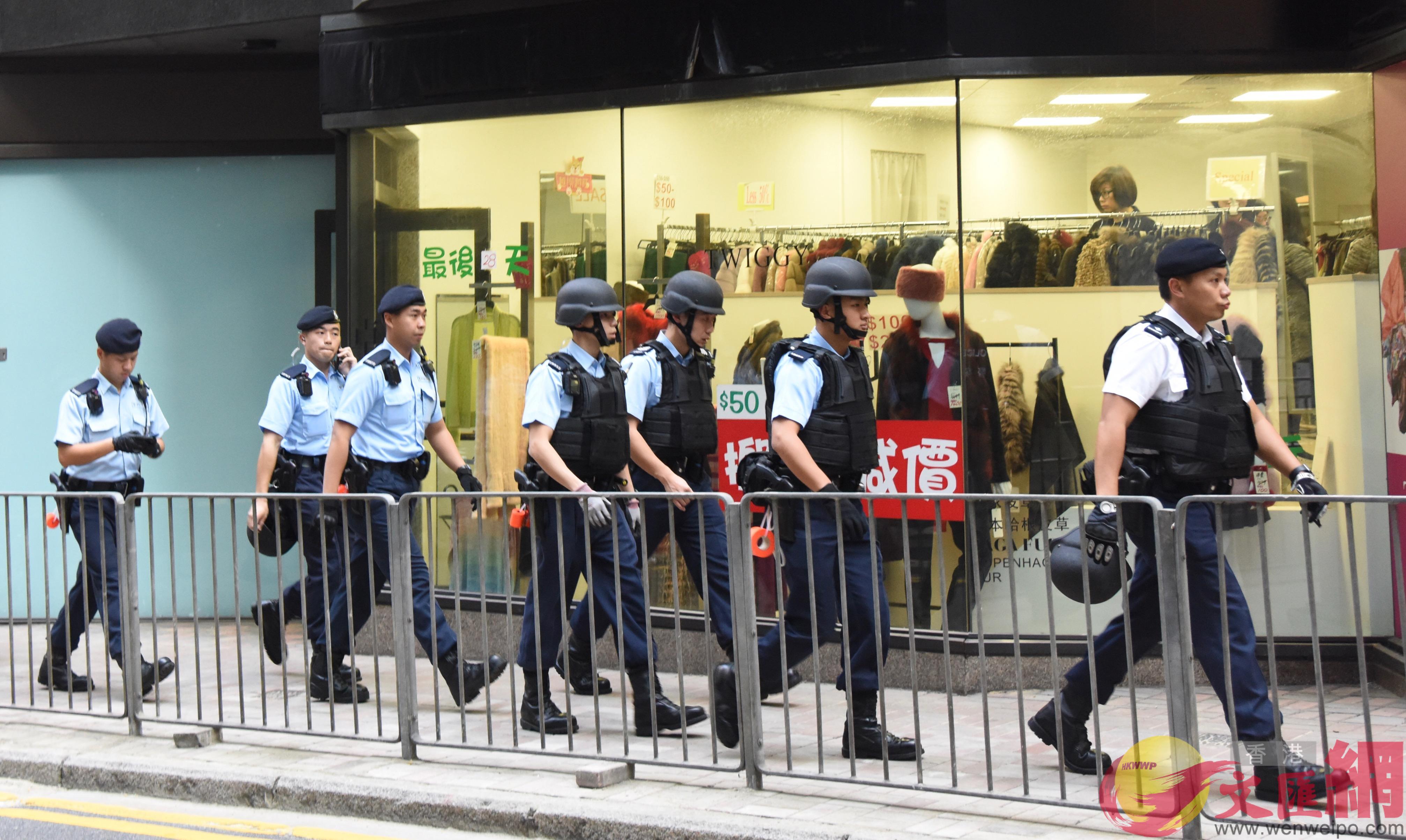 大批身穿避彈衣的警員到場追緝匪徒