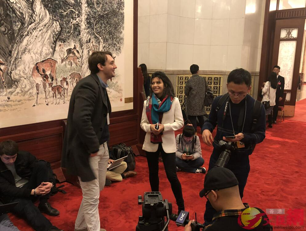 外國記者在會場外交談甚歡 譚笑攝