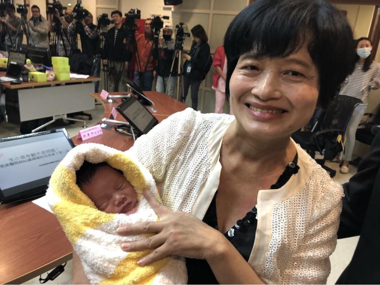 62歲吳女士2月底順利產下一名男嬰,創下台灣自然產孕婦最高齡紀錄(台灣「中央社」)