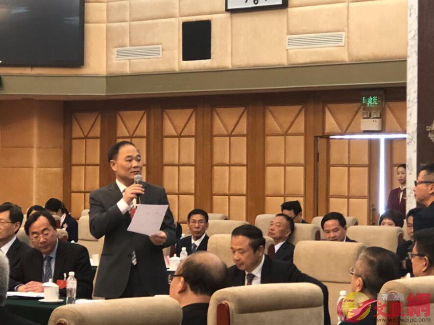 吉利汽車董事長李書福回答彭博社記者有關新能源汽車的提問(唐川閣 攝)