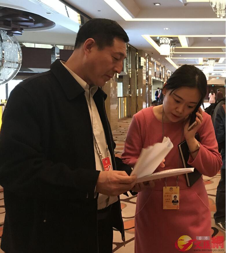 中外記者查詢小組委員名單,昆泰駐地的新聞聯絡員(左一)主動提供(凱雷 攝)