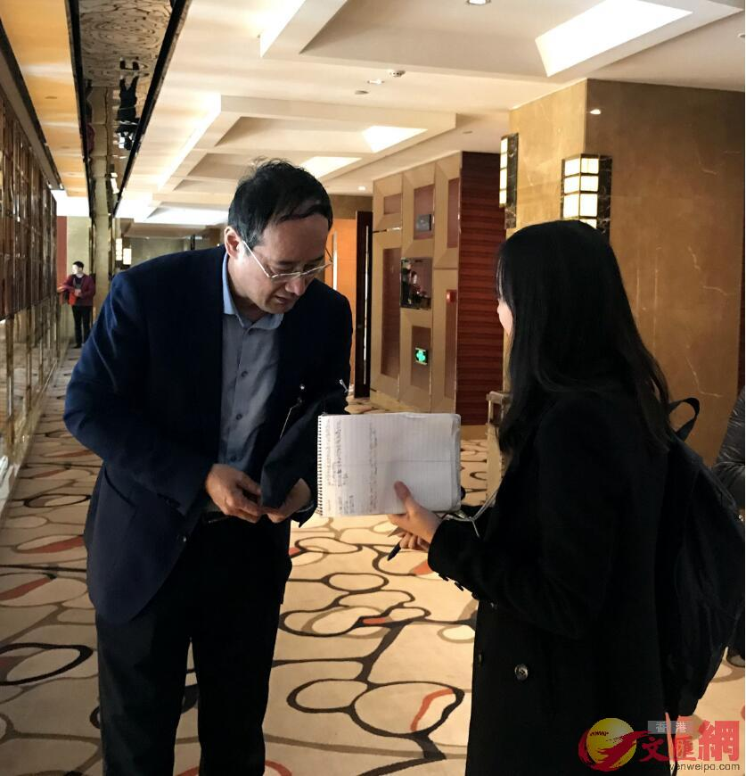 小組討論間隙,香港南華早報記者訪問全國政協委員、西部電影集團有限公司董事長王勇(凱雷 攝)