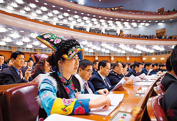 ■ 昨日,十三屆全國人大一次會議在北京人民大會堂舉行第二次全體會議。圖為代表在認真聽會。 新華社
