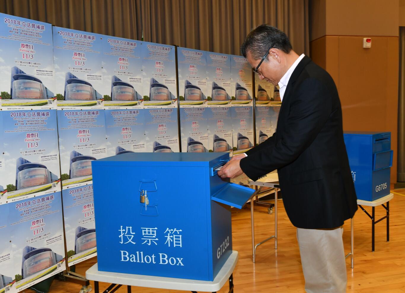 財政司司長陳茂波為2018年立法會補選投票中(政府新聞處)。