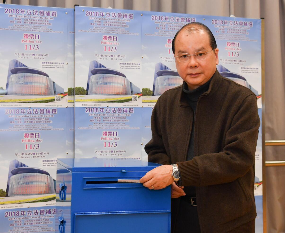政務司司長張建宗在2018立法會補選投票中(政府新聞處)。