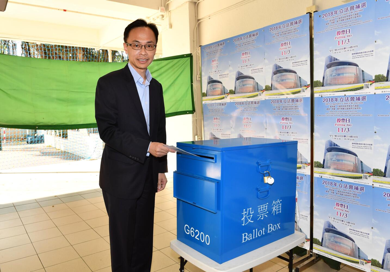 政制及內地事務局局長聶德權到沙田官立中學投票站投票(政府新聞處)。