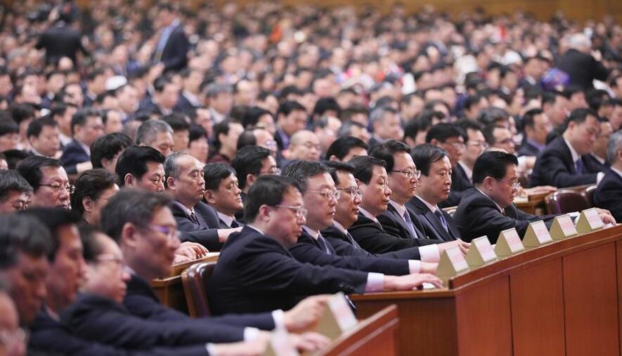 3月19日,十三屆全國人大一次會議在北京人民大會堂舉行第七次全體會議。這是代表在表決。