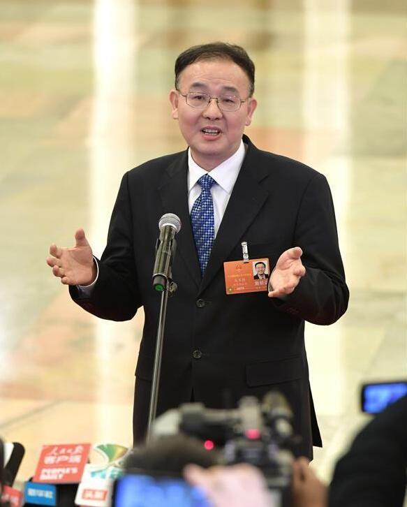 3月19日,十三屆全國人大一次會議在北京人民大會堂舉行第七次全體會議。這是國家郵政局局長馬軍勝在「部長通道」接受採訪。新華社