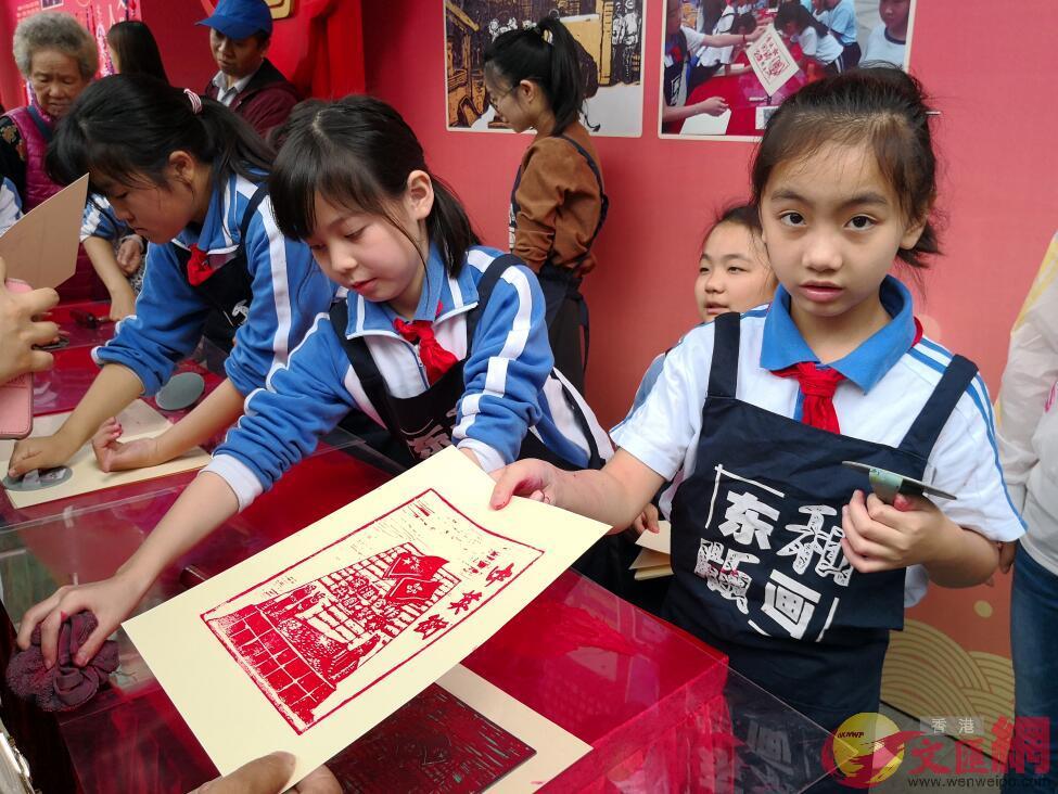 東和小學現場免費製作中英街特色版畫,吸引大批遊客排隊領取(記者 郭若溪 攝)