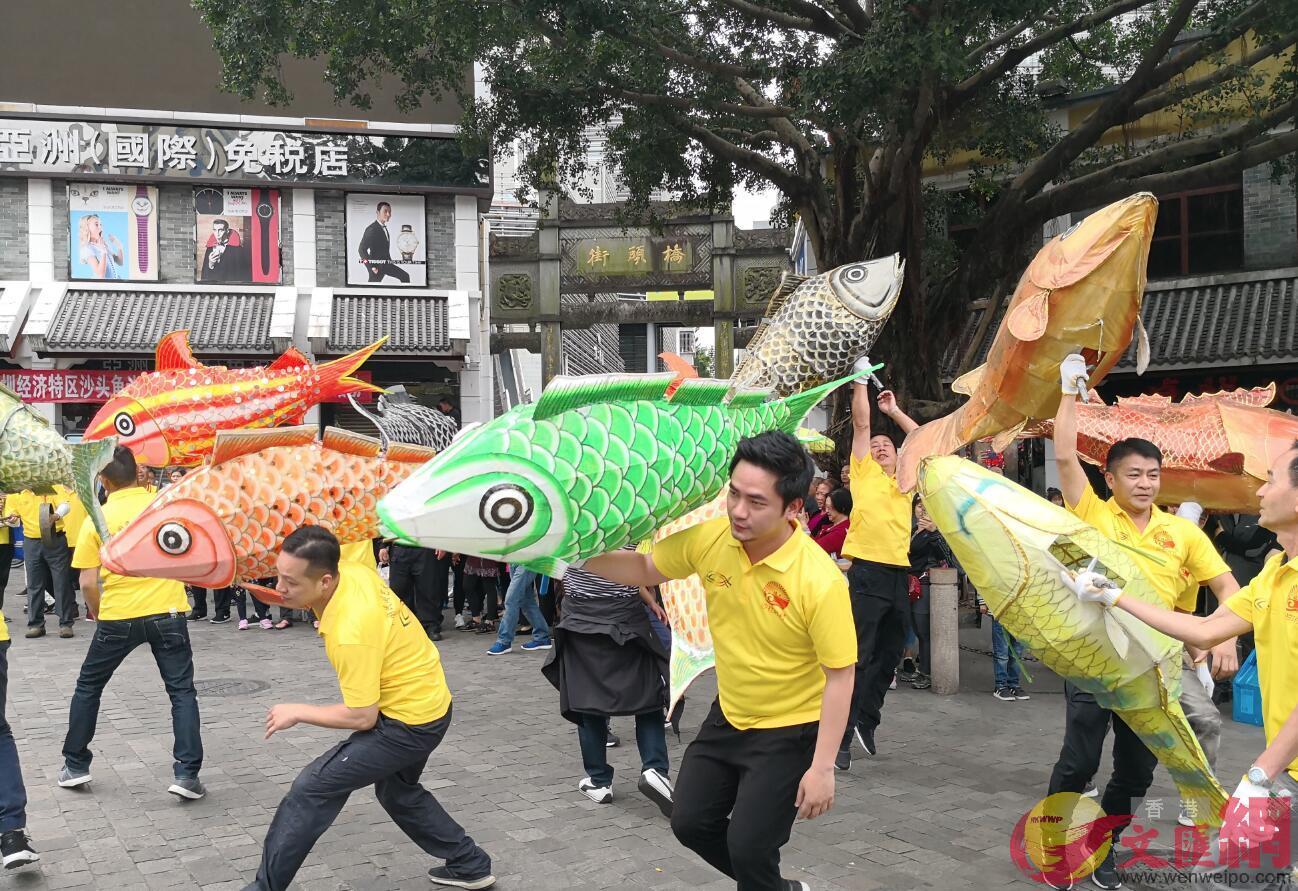 非遺魚燈舞在中英街橋頭表演(記者 郭若溪 攝)