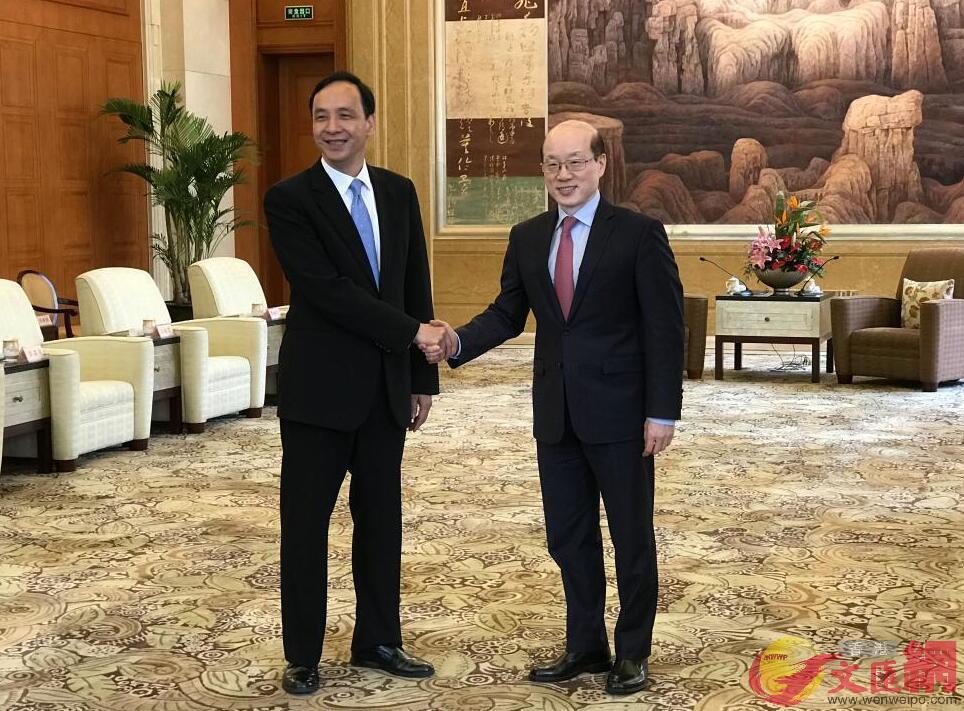 國台辦主任劉結一(右)今天在滬會見台灣新北市市長朱立倫(張帆 攝)