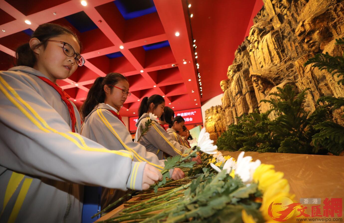 北京市中小學生獻花,張聰攝。