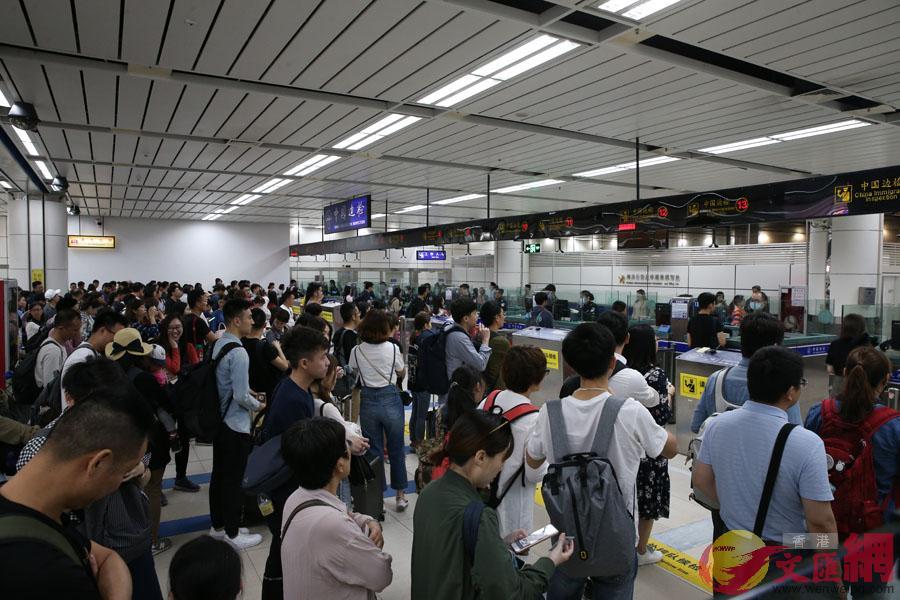 深圳灣邊檢打開全部驗放通道,旅檢大廳忙而不亂。