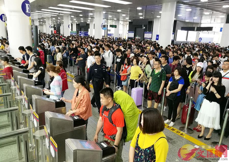 皇崗邊檢機關民警在福田口岸出境大廳自助查驗通道維護秩序。