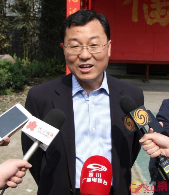 外交部駐香港特派員公署特派員謝鋒接受媒體採訪(記者 李兵 攝)