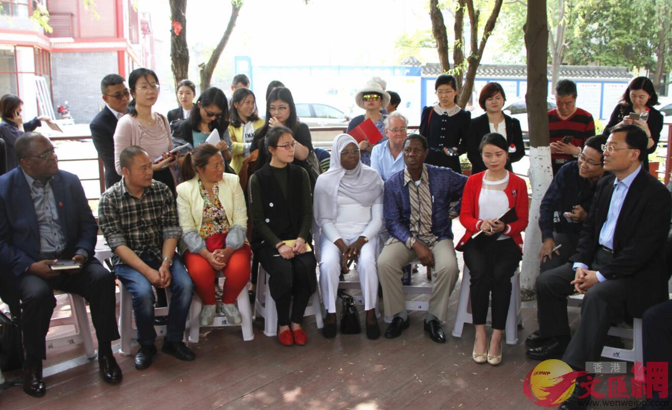 外國駐港領團、商會、媒體代表與戰旗村村民座談(記者 李兵 攝)