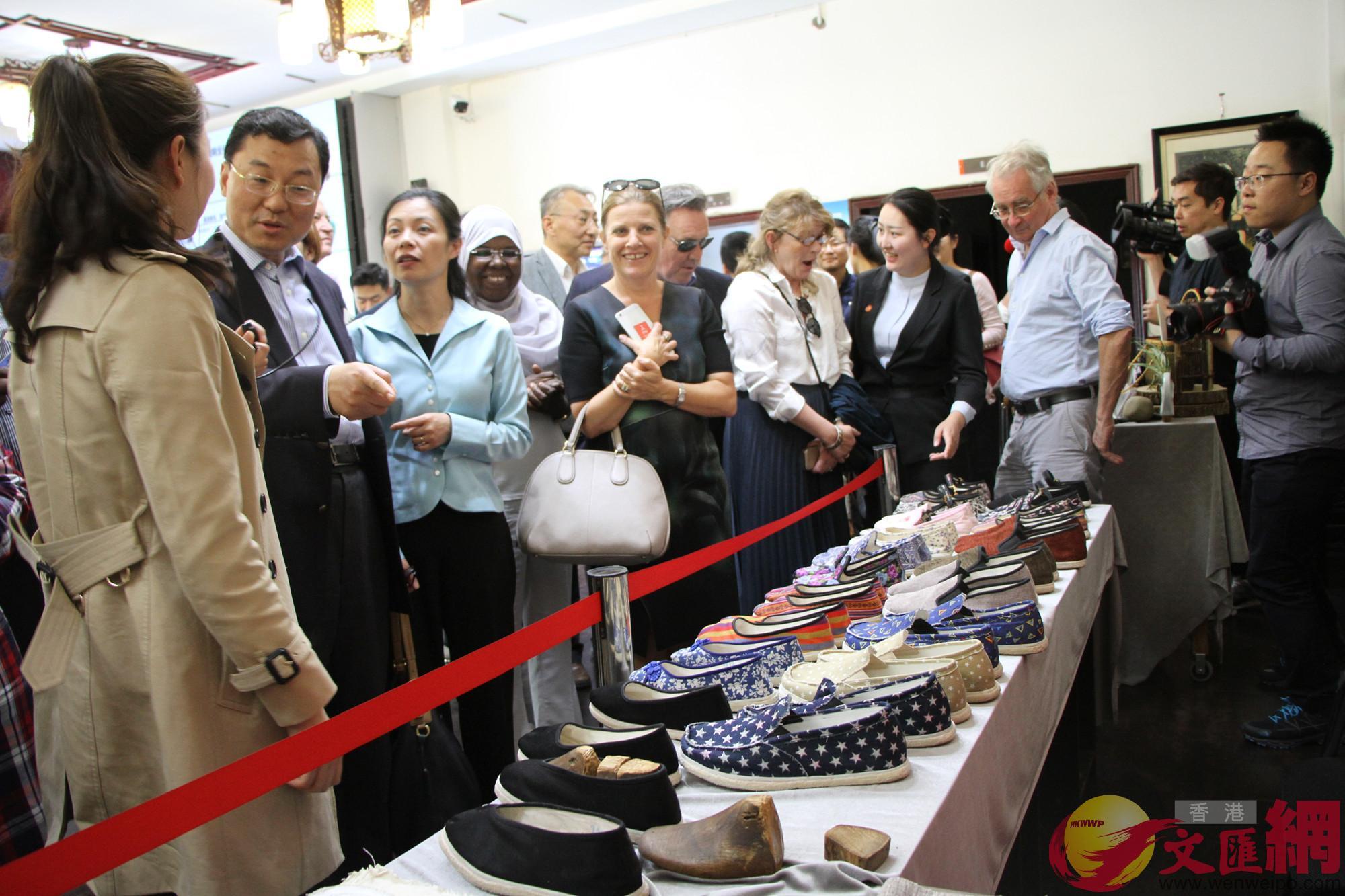 外國駐港領團、商會、媒體代表參觀「唐昌布鞋」展台(記者 李兵 攝)