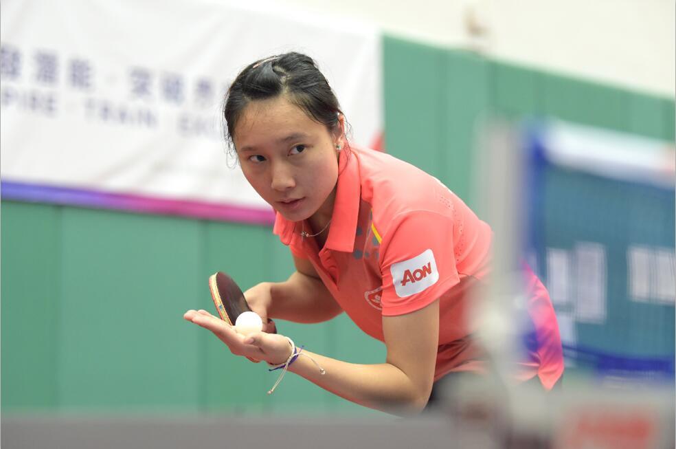 香港乒乓球代表團女子球員蘇慧音聚精會神地發球