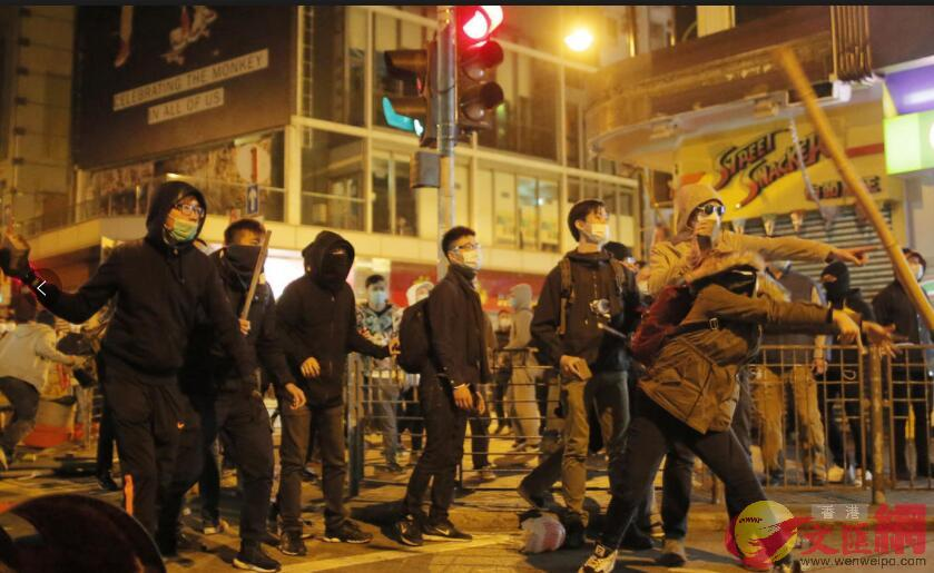 「旺暴」案被告鄧浩賢認暴動,被判監2年10個月。圖為「旺暴」期間,示威者向警方投擲雜物(資料圖片)
