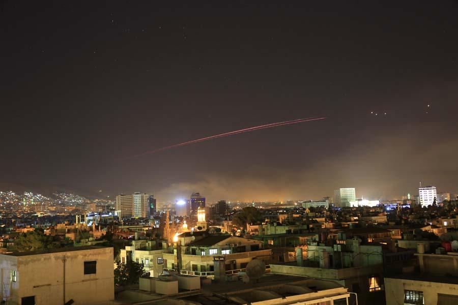 這是4月14日拍攝的遭受襲擊的敘利亞首都大馬士革。大馬士革東郊東古塔地區日前據稱發生「化學武器襲擊」事件。美國總統特朗普9日表示,美方在軍事上有很多應對選項,將在24至48小時內決定如何回應。美國東部時間13日晚,特朗普宣佈,已下令美軍聯合英國、法國對敘利亞軍事設施進行「精準打擊」。新華社/美聯