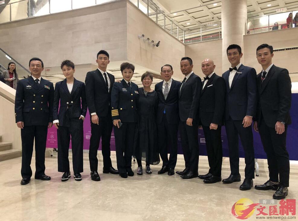 英皇集團主席楊受成博士特別親臨北京,偕導演林超賢、監製梁鳳英以及一眾主角攜手亮相紅地毯,身體力行作出支持。