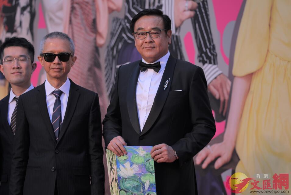 香港著名導演爾冬升(右一)